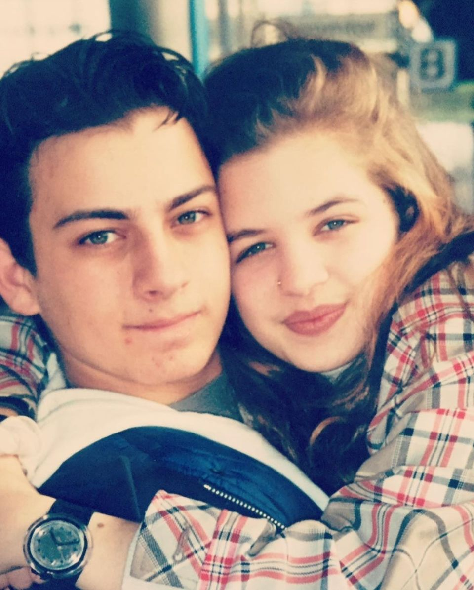 Auch Schauspielerin Susan Sideropoulos teilt ein Erinnerungsfoto, das sie mit ihrer ersten großen Liebe undjetzigemEhepartner Jakob zeigt. Die beiden haben sich vor 24 Jahren ineinander verliebt.