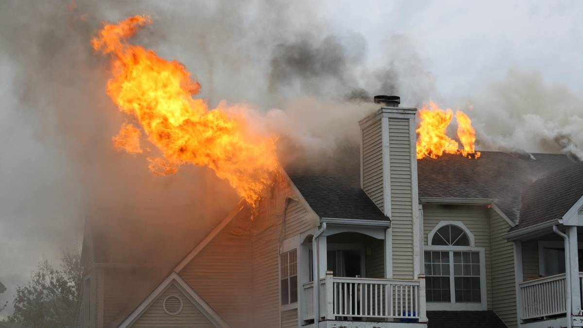 Haus steht in Flammen: Fünfjähriger rettet seine komplette Familie
