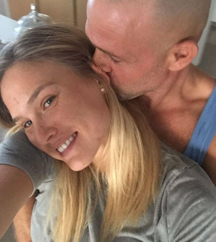 Bar Refaeli und Adi Ezra wirken verliebt wie am ersten Tag. Erst vor wenigen Wochen durfte sich das Paar zum dritten Mal über Nachwuchs freuen.