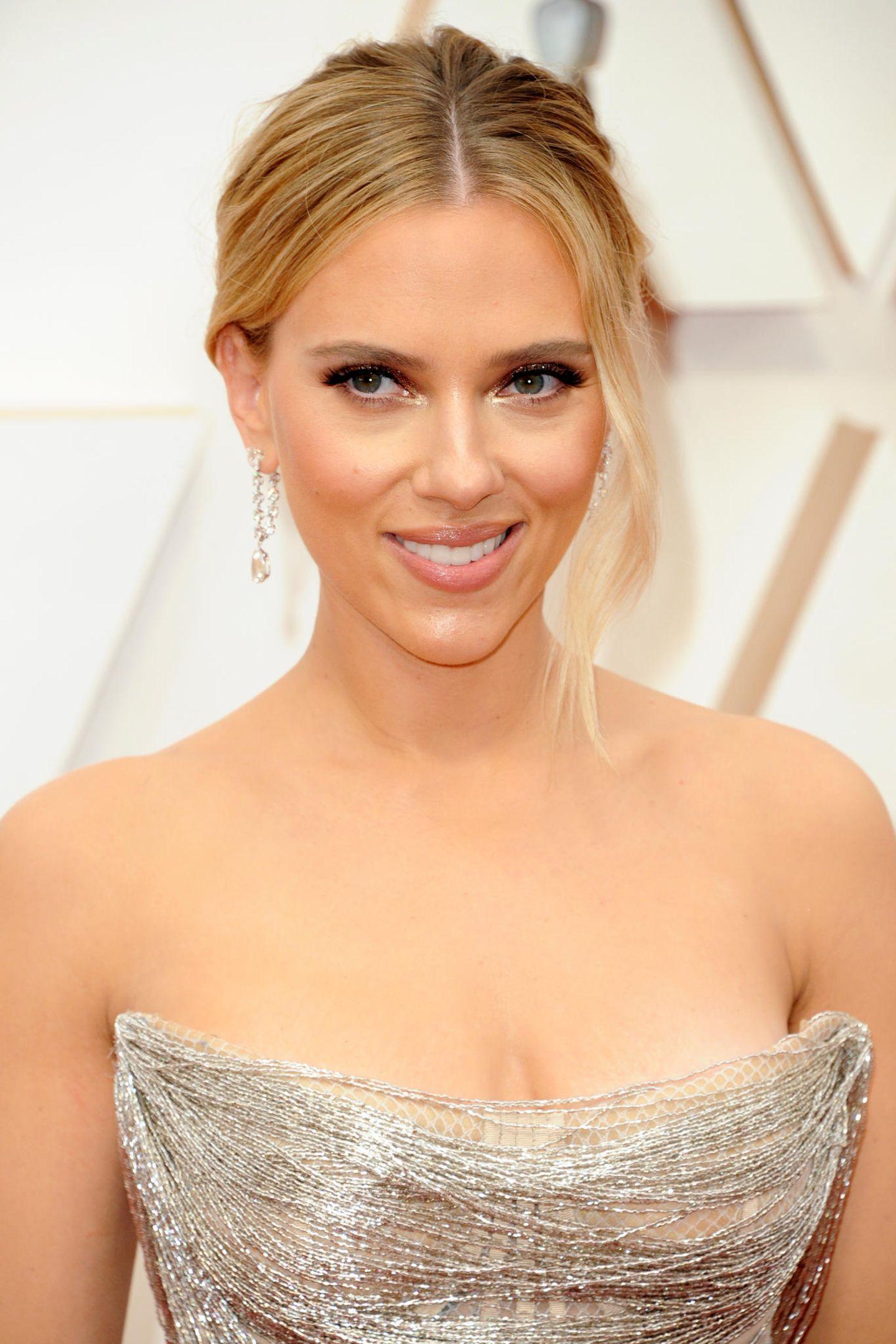 Scarlett Johansson war natürlich der Hingucker bei den Oscars: Die Augen sind dramatisch geschminkt mit funkelnden Highlights in den Innenwinkeln, Rouge in Rosé betont ihre Wangen.