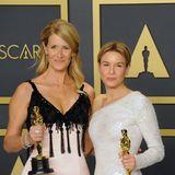Wer strahlt mehr? Wir können uns kaum entscheiden! Laura Dern und Renée Zellweger bezaubern in ganz natürlichen Looks.