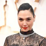 Auf rote Lippen und tiefen Seitenscheitel setzt auch Gal Gadot – der Rest des Make-Ups bleibt natürlich.