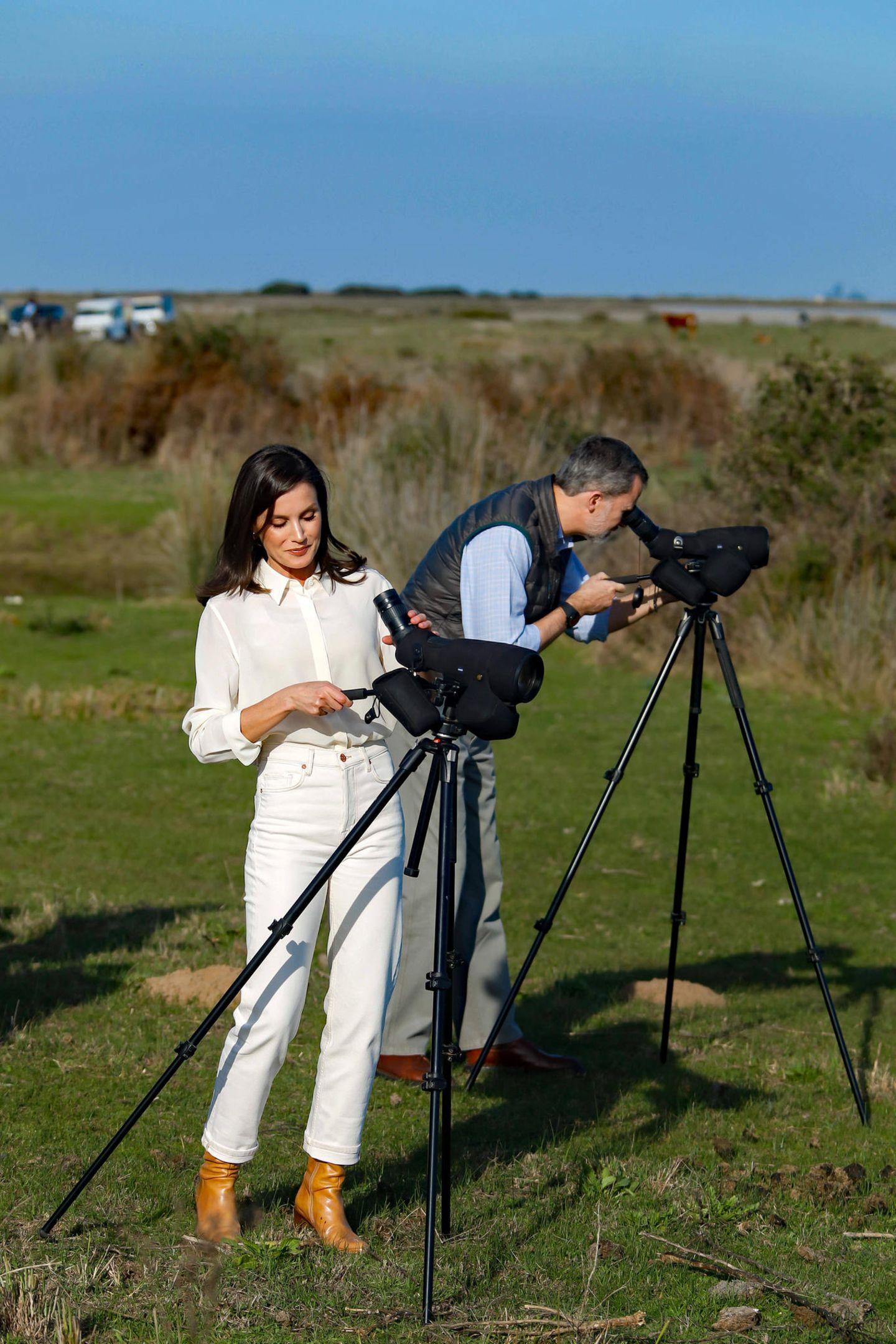 So trägt Letizia eine weiße Jeans imbequemen Straight Leg Fit. Dazu trägt sie eine cremefarbene Bluse, die sie locker in den Jeansbund gesteckt hat. Zum besonderen Hingucker werden die cognacfarbenen Boots der Königin, die sich perfekt für den Ausflug in Spaniens wichtiges Feuchtgebiet eignen.