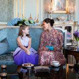 En kleines Mädchen besucht Prinzessin Victoria