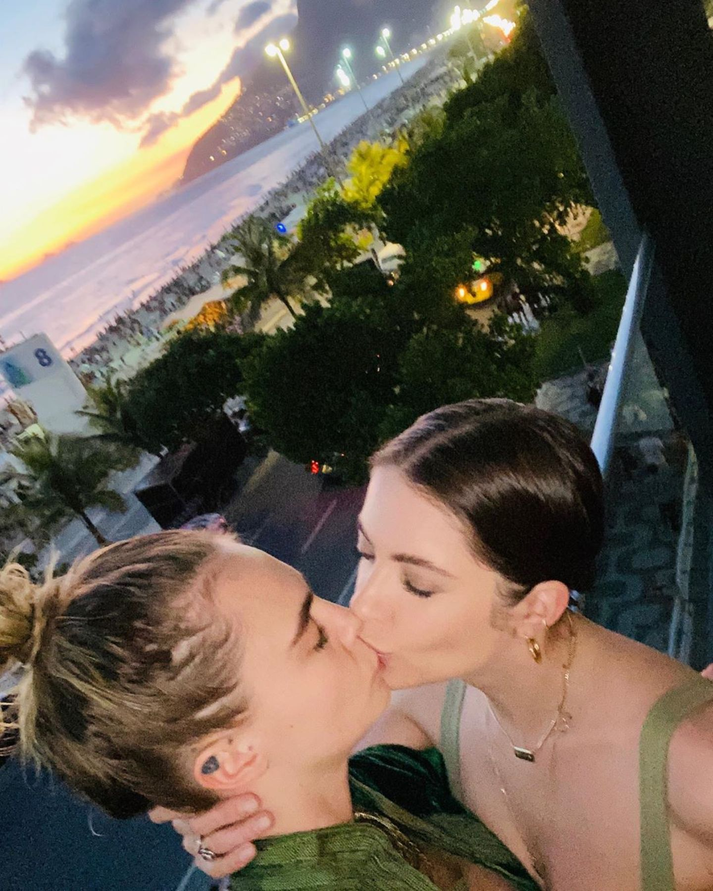 Cara Delevingne küsst Ashley Benson