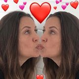 Dana Schweiger küsst sich selbst im Spiegel