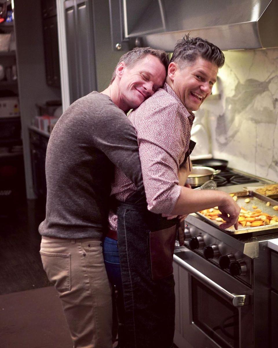 Neil Patrick Harris umarmt seinen Ehepartner David Burtka