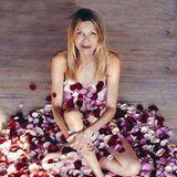 Ursula Karven von Rosenblättern bedeckt