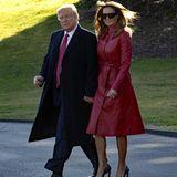Die Frau von Donald Trump und First Lady der USA scheint das nicht zu stören: Sie trägt ihren Faux-Fur-Mantel des Labels Les Rêveries mit Stolz und betont ihre schmale Taille mit einem gleichfarbigen Gürtel und ebensolchen Knöpfen. Schwarze Lederpumps und eine XL-Sonnenbrille runden ihren Valentinstags-Look ab.