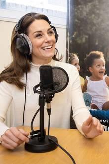 """Privat wie nie äußert sich Herzogin Catherine im Podcast """"Happy Mum, happy Baby"""" über das Elternsein und ihre persönlichen Erfahrungen als Mutter. Eine Herzensangelegenheit für Kate, die selbst Mutter dreier Kinder ist und zu diesem Anlass eine besondere Garderobe wählt. So trägt sie einen cremefarbenen Rollkragenpullover mit verspielten Spitzen-Applikationen des Labels Sézane für rund 95Euro. Einerihrer absoluten Lieblingsteile, denn in demselben Oberteil wird die Herzogin bereits wenige Wochen zuvor gesichtet."""
