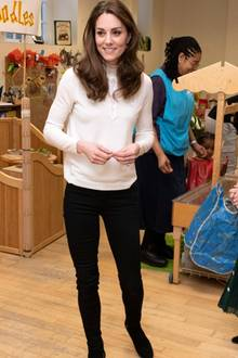 Den schicken Pullover aus Merinowolle trägt Herzogin Kate bereits im Januar 2020 bei ihrem Besuch einer Vorschule in London – einem weiteren Herzensprojekt, das sich mit den jüngsten unserer Gesellschaft beschäftigt. Damals kombiniert sie eine schwarze Skinny-Jeans und schwarze AnkleBoots von Aquatalia zu ihrem Lieblingsstück.