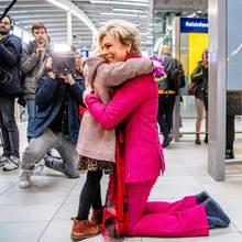 Prinzessin Laurentien umarmt Menschen am Utrechter Bahnhof