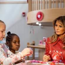 Am Valentinstag 2020 besucht Melania Trump Kinder in einer Gesundheitseinrichtung – schenkt ihnen liebevoll geschriebene Valentinstagskarten, bastelt und backt mit ihnen Kekse. Doch etwas verwundert bei ihrem Besuch: ihr Outfit ...