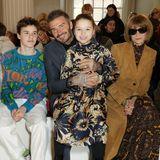 Harper Seven Beckham strahlt in der Front Row bei der London Fashion Week. Stilsicher trägt sie ein Seidenkleid mit floralem Muster und macht als stylisher Mini von sich reden. Mode-Ikone Anna Wintour scheint jedoch bei Harpers Schuhwahl die Nase zu rümpfen ...