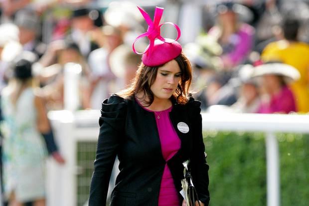 Prinzessin Eugenie wählt ihr fuchsia-farbenes Etuikleid kombiniert mit einer leichten schwarzen Jacke auch zu Royal Ascot im Juni 2010.