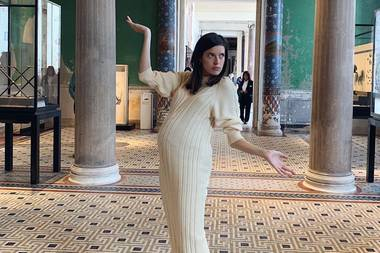 """""""Die schwangere Nofretete"""", kommentiert Marie Nasemann ihr Foto auf Instagram. Die Bald-Mama befindet sich in der 31. Schwangerschaftswoche und läutet so langsam den Countdown zur Geburt ihres Babys ein. Bis dahin hält sie ihren runden Babybauch auf zahlreichen Schnappschüssen fest – als Erinnerung für später."""