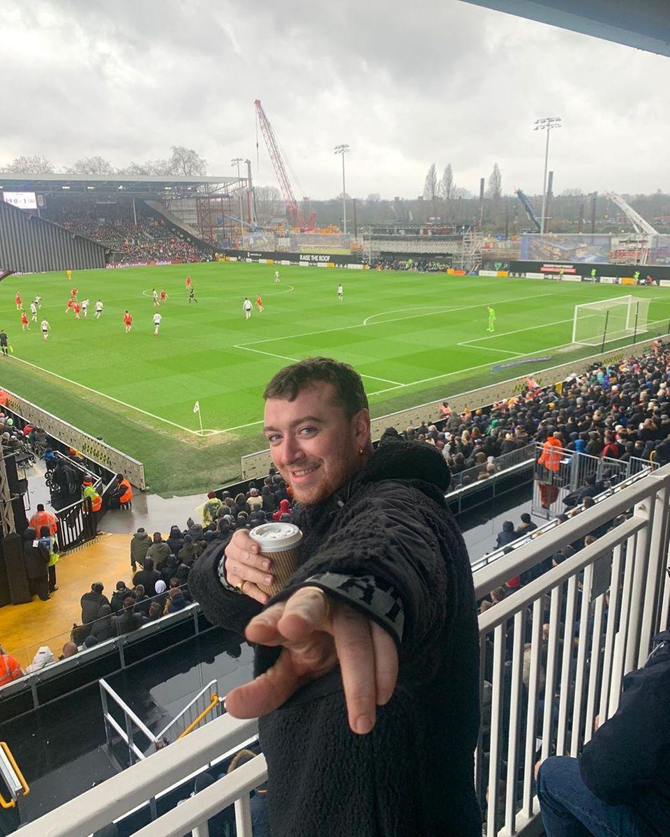 15. Februar 2020  Eine kleine Auszeit muss drin sein. Sänger Sam Smith freut sich, mit ein paar Kumpel das Spiel des Fußballvereins FC Fulham im Stadion erleben zu können.