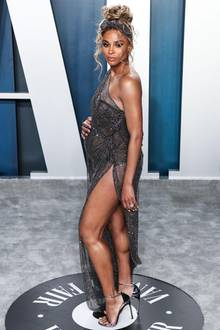 In einer spektakulären Glitzer-Robe präsentiert Ciara ihren wachsenden Babybauch. Für dieVanity Fair Oscar Party wirft sich die Sängerin ordentlich in Schale und begeistert mit einem hohen Beinschlitz und einem grazilen Posing. Ihr drittes Kind erwartet Ciara im Sommer 2020.