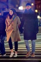 Frostige Stimmung bei Jessica Biel und Justin Timberlake:Das Paar wird nach seinem Dinner-Date in New York mit finsteren Mienen abgelichtet. Und das, obwohl die Gerüchte um einen vermeintlichen Fremdgehskandal rund um Justin und Co-StarAlisha Wainwright längst verstummt sind. Mit seiner Jessica an der Hand spaziert der Sänger am Valentinstag durch die winterliche Metropole. Seine blaue Beanie passt farblich perfekt zu dem der Designertasche seiner Ehefrauund auch die Wollmäntel der beiden mit ihren XL-Krägen symbolisieren Einheit. Die Ansprüche an einen Date-Look hat das Paar mehr als erfüllt – fehlen nur noch die glücklichen Gesichter.