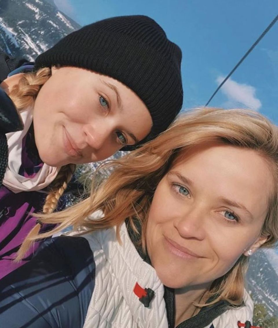 """Doppeltes Lottchen? Ava Philippe sieht ihrer berühmten Mutter Reese Witherspoon immer ähnlicher, wie dieses schöne Selfie vom gemeinsamen Wochenende auf der Piste beweist. Das hübsche Mutter-Tochter-Duo könnte nicht nur als Schwestern, sondern glatt als Zwillingspärchendurchgehen. Kaum zu glauben, dass zwischen diesen beiden """"Ski-Hasen""""23 Jahre liegen."""