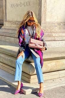 Beim sonnigen Spaziergang durch Florenz hat Unternehmerin Sylvie Meis aber tatsächlich auch Augen für etwas ganz anderes: Ihre neue Handtasche von Chanel, die sie bewusst in Szene setzt. Sylvies eher schlichter Look aus Shirt und Jeans wird durch ihre farbenfrohen Accessoires perfekt aufgewertet.