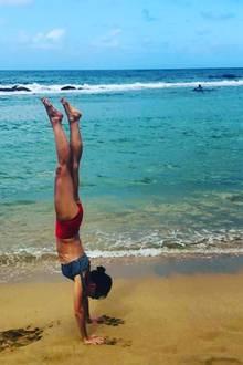 Bei diesem Anblick wird uns ganz schwindelig: Nicht nur, dass Katie Holmes vor traumhaft schöner Kulisse Urlaubsgrüße imHandstand auf Instagram teilt, mit 41 Jahren kann sich ihre sportliche Silhouetteauch mehr als sehen lassen.