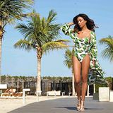 Trotzdessen sich Verona Pooth mit ihrem Beach-Look, bestehend aus einem Badeanzug und einem Kaftan in Palmen-Optik, sehr an ihre himmlisch schöne Umgebung angepasst hat, sticht sie doch mehr als stylish hervor. Beachwaves und ein von der Sonne geküsster Teint runden ihren Urlaubslook gekonnt ab.