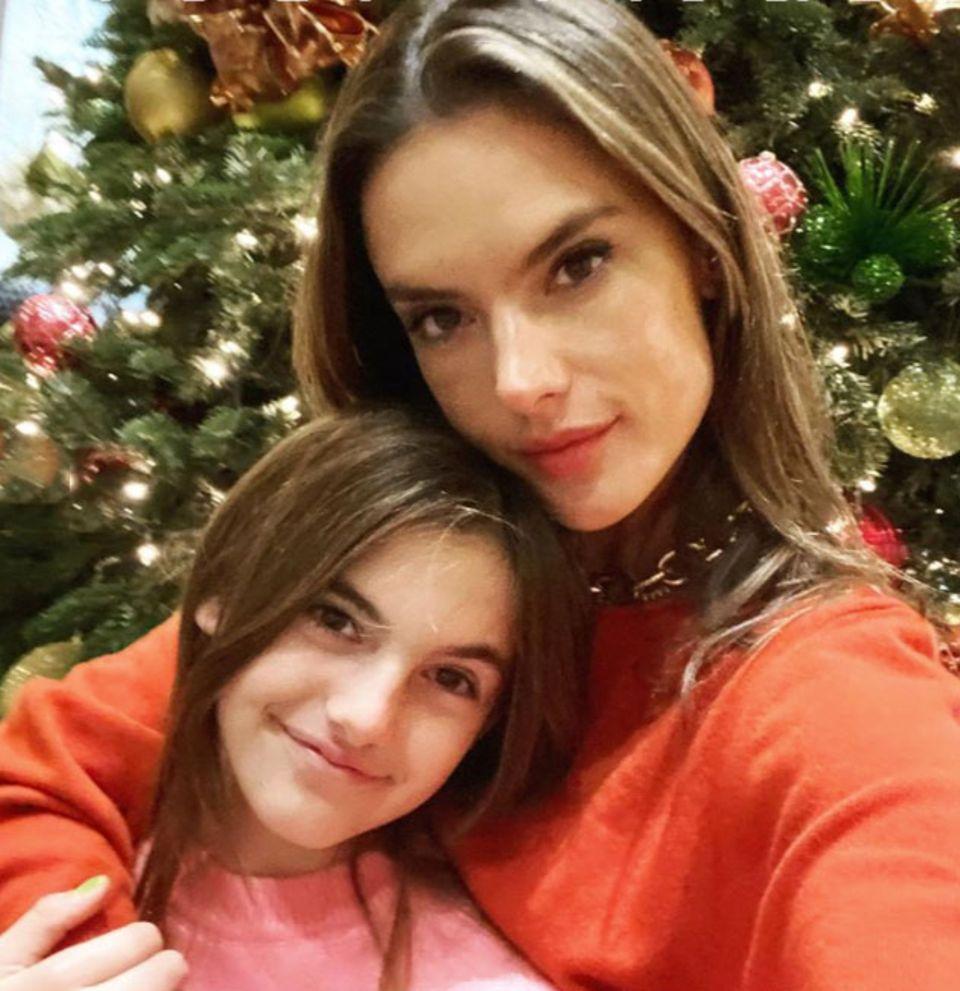 Töchterchen Anja ist ein süßes Mini-Me von Model-Mama Alessandra Ambrosio.