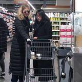 Meg Ryan wird begleitet von ihrer Teenager-Tochter Daisy True, die mit Mama den Einkaufswagen voll packt.