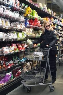 Es ist schon eine Weile her, dass wir Schauspielerin Meg Ryan zu Gesicht bekommenhaben.In einemNew Yorker Supermarkt läuft sie einem Paparazzo nun direkt vor die Linse. Da hilft auch die Sonnenbrille nichts. Den samstäglichen Lebensmittel-Einkauf muss der Hollywood-Star allerdings nicht alleine bestreiten...