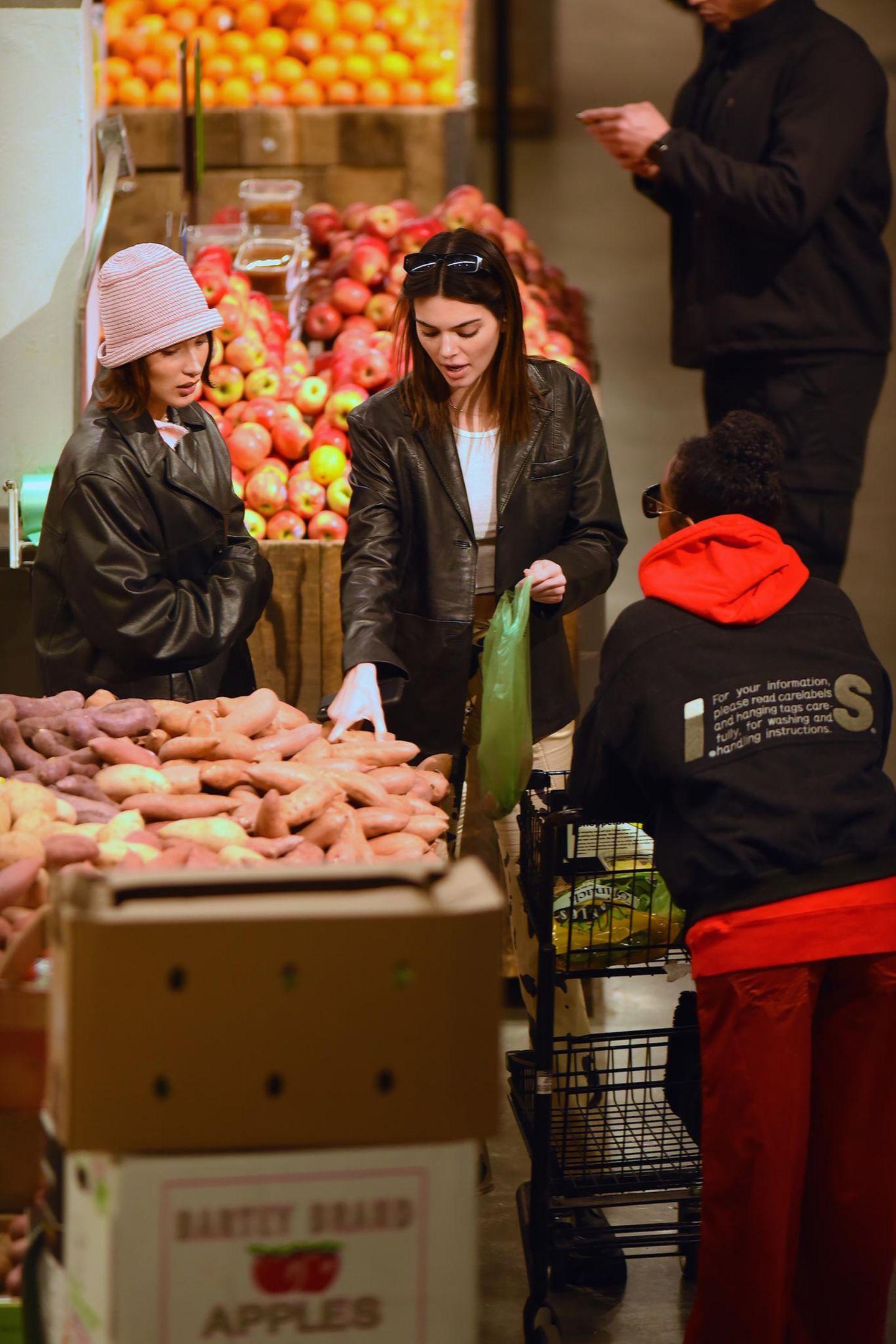 Glamour-Girls Kendall Jenner, Bella Hadid und Justine Skye achten auf ihre Ernährung und greifen auchim Supermarkt zu frischem Obst und Gemüse.