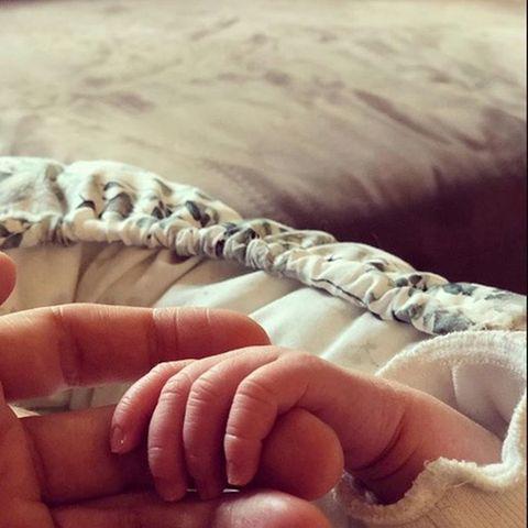 Daniel Buder hält die kleine Hand seiner Tochter