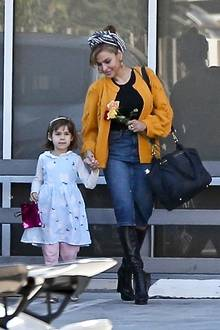 14. Februar 2020  Valentinstag ist Familientag!Mit ihren beiden Mädels feiern Eva Mendes und Ryan Gosling das Fest der Liebe. Nach einem gemeinsamen Mittagessen verlässt die Familie gut gelaunt ein Restaurant in Los Angeles. Dabei hält Mama Eva ein Sträußchen Rosen in der einen Hand, Töchterchen Esmeralda in der anderen.