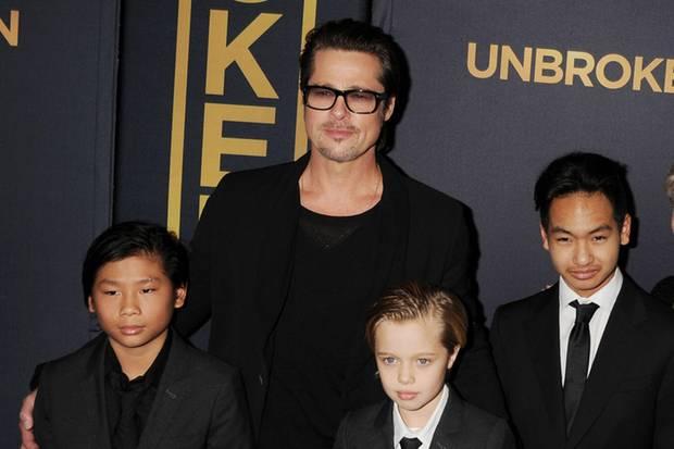 """Brad Pitt mit Pax Thien,Shiloh undMaddox im Dezember 2014 bei der Premiere von""""Unbroken"""""""