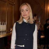 Während der Londoner Fashion Week darf eine Royal ganz sicher nicht fehlen: Lady Amelia Windsor belegt zwar derzeit Platz 39 in der britischen Thronfolgerschaft, repräsentiert das britische Königshaus in Sachen Mode aber sehr gut - oder? Ihre Kombination aus Rock, Weste und weißer Bluse dürfte jedenfalls der royalen Etikette entsprechen, jedoch ...