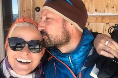 Haakon küsst Mette-Marit im Skiurlaub