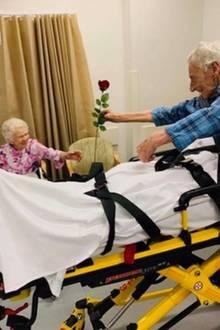Bill schenkt seiner Heather im Krankenhaus eine Rose