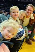 James van der Beek mit Kindern bei den Harlem Globetrotters
