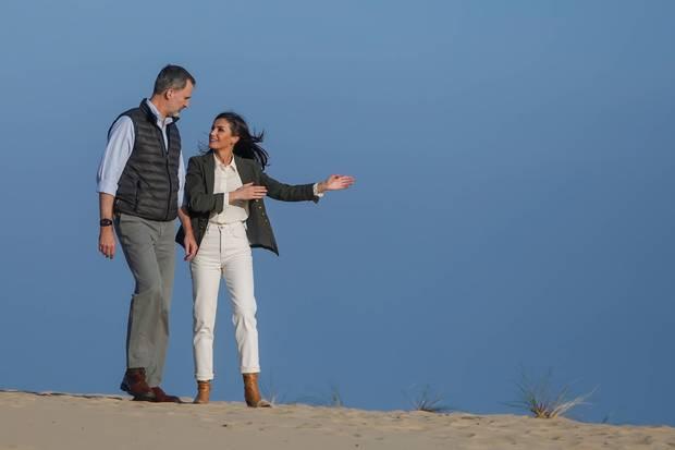 14. Februar 2020  Hier geht's lang, oder? Beim Besuch desDoñana-Nationalpark stiefelnKönig Felipe und Königin Letizia imeleganten Safari-Look durch den andalusischen Sand.