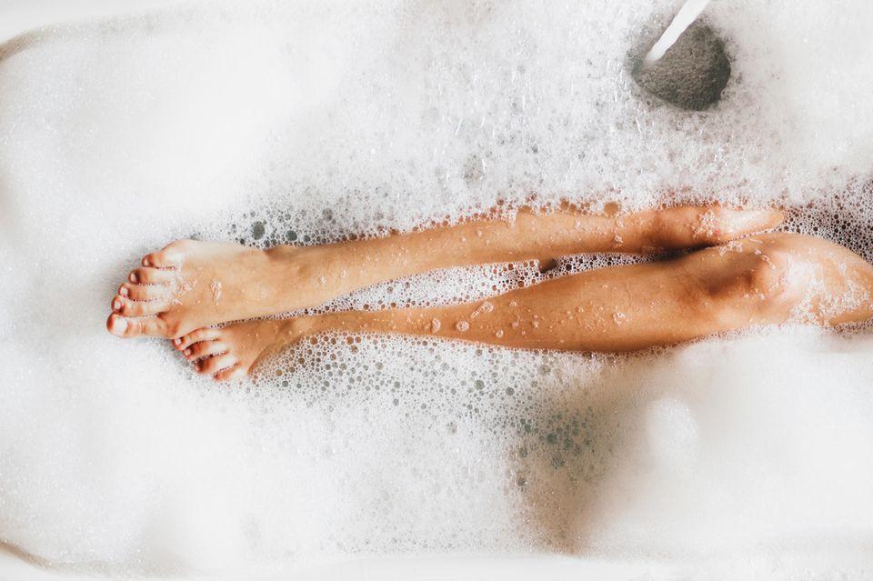 Badeschaum, Schaumbad, Badewanne, Frauenbeine
