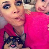 Daniela Katzenberger + Tochter Sophia + Hund strecken die Zunge raus