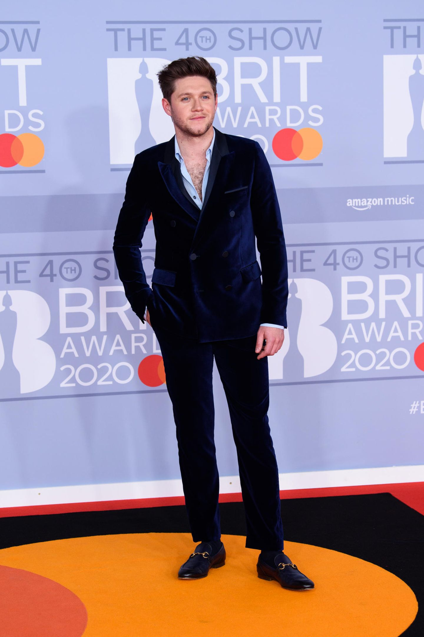 Nicht ganz so stylisch wie sein ehemaliger Bandkollege, aber immer noch nett anzusehen: Niall Horan in einem dunkelblauen Samt-Zweireiher.