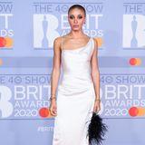 Topmodel Adwoa Aboah trägt ein weißes, überaus filigranes Seidenkleid von Moderevolutionärin Vivienne Westwood.