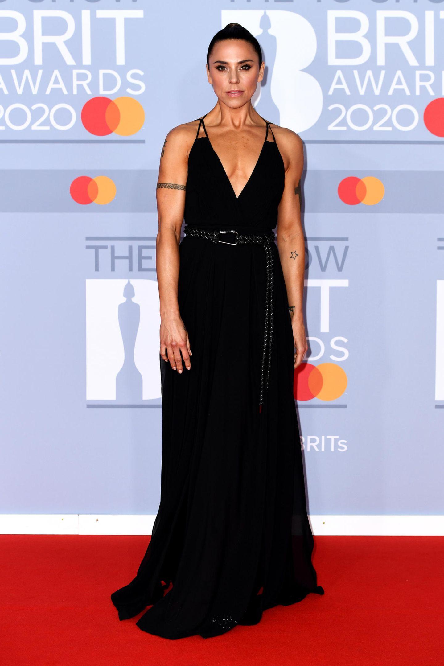 """""""Sporty Spice"""" Melanie C macht ihrem Namen in einem schwarzen Neckholderkleid mit Taillengürtel alle Ehre."""
