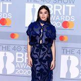 Hailee Steinfeld begeistert die Fotografen bei den Brit Awards in einer nachtblauen Robe von Fendi Couture.