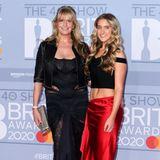 Penny Lancaster und Stieftochter Ruby Stewart haben sich beide für etwas fragwürdige Looks in Schwarz bzw. Schwarz und Rot entschieden.