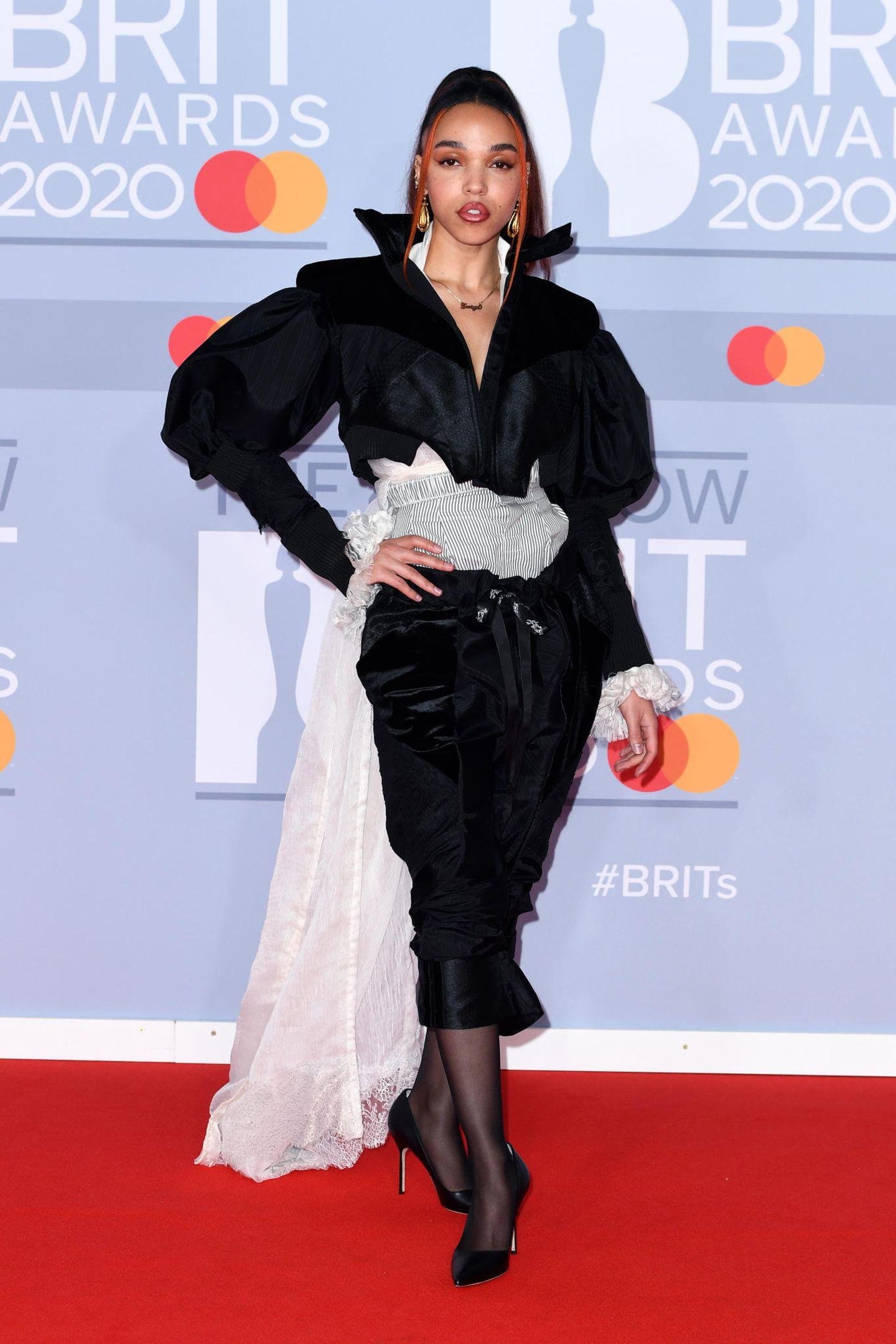 FKA Twigs, ohnehin berühmt für ihren ungewöhnlichen Kleidungsstil, hat sich für ein chaotisches Outfit des Designers Ed Marler entschieden.