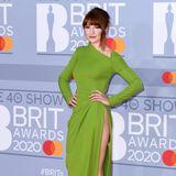 """""""Girls Aloud""""-Sängerin Nicola Robert akzentuiert ihre tolle Figur in einem froschgrünen, hautengen Abendkleid vonCelia Kritharioti."""
