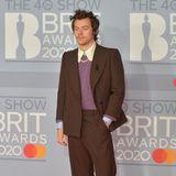 Spitzenkragen, Perlenkette, fliederfarbener Nagellack und ein Anzug im Stil der Siebziger Jahre von Gucci machen Harry Styles zum stylischsten männlichen Gast der Brit Awards 2020.