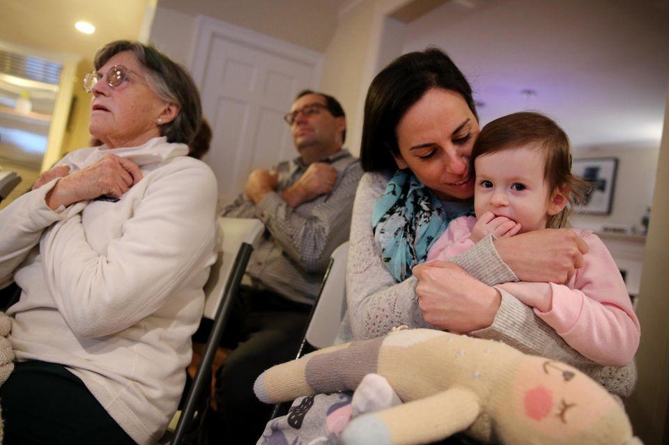 Samantha sitzt auf dem Schoß ihrer Mutter Glenda Savitz. Gemeinsam besuchen Mutter und Tochter den Gebärdensprachkurs, den die Nachbarn für die gehörlose Samantha besuchen.